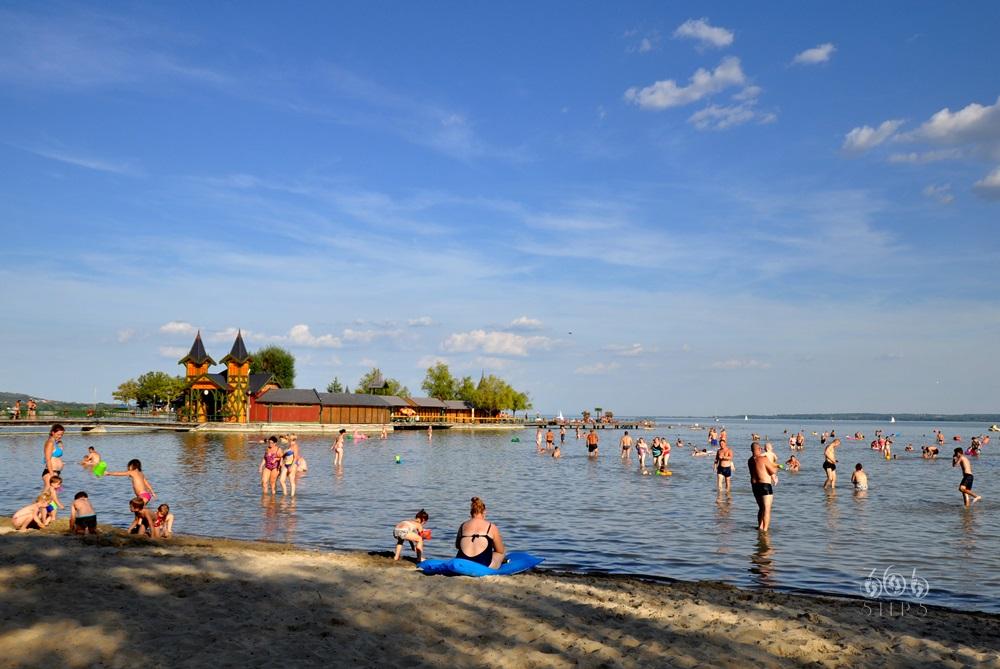 miejska plaża w Keszthely nad Balatonem, w tle zabytkowe molo