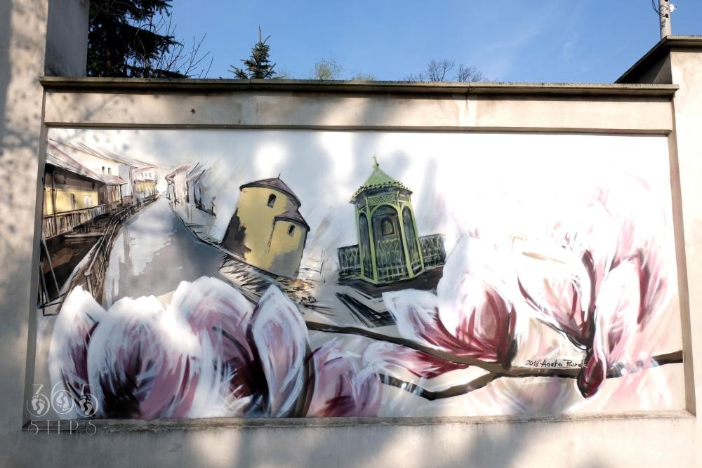 Mural przedstawiający symbole Cieszyna - Cieszyńską Wenecję, Rotundę, Studnię Trzech Braci oraz magnolie