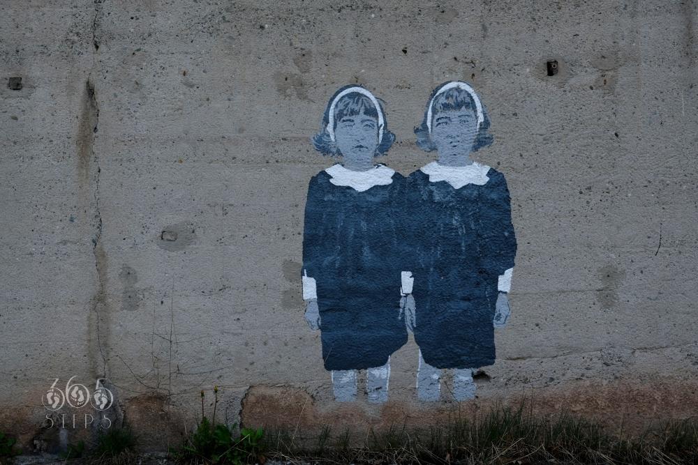 graffiti w Cieszynie na murze pod Mostem Wolności przedstawiające dwie dziewczynki