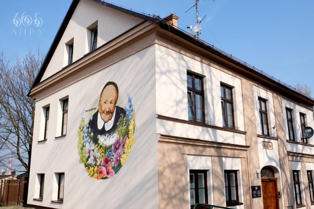 Mural Ireny Sendlerowej w Cieszynie, wizerunek Ireny Sendlerowej w otoczeniu kwiatów